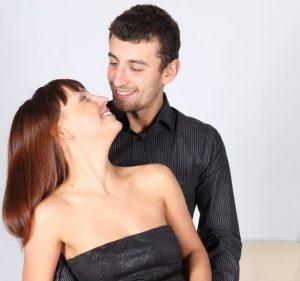 Девушка флиртует с парнем и задает ему интимные вопросы