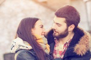 Девушка говорит красивые и приятные слова любимому парню