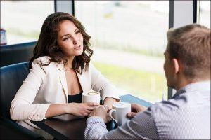 Девушка задает вопросы парню на свидании