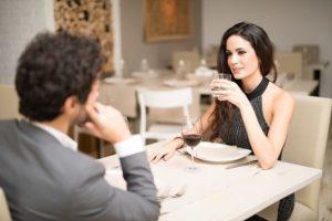 Девушка разговаривает с парнем на свидании